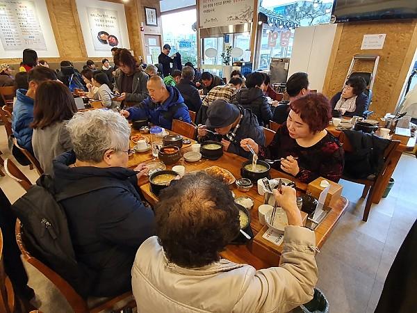 식당에서 점심식사를 하고 있는 모습을 촬영한 사진